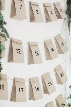 kalender gemaakt van zakken, hierin kunnen de cadeau's worden gestopt.