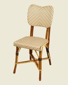 Chaise de bistrot parisien en rotin canné.
