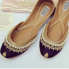 30 New Khussa Designs For Every Occasion Fancy Shoes, Cute Shoes, Flat Shoes, Me Too Shoes, Women's Shoes, Awesome Shoes, Trendy Shoes, Bridal Sandals, Bridal Shoes