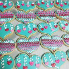 The cutest aqua heart Cookies. Cookies Cupcake, Valentine's Day Sugar Cookies, Sugar Cookie Royal Icing, Galletas Cookies, Cookie Frosting, Fancy Cookies, Iced Cookies, Cute Cookies, Cupcakes