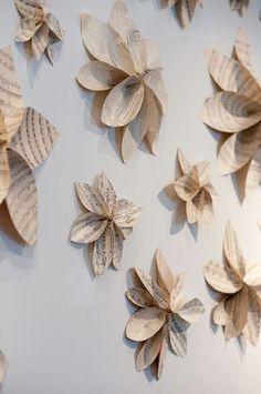 Decoração com flores de jornal na parede