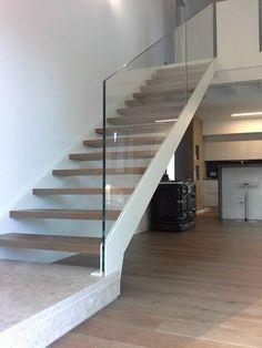 Scala con doppio cosciale: Ingresso & Corridoio in stile  di Ideal Ferro snc
