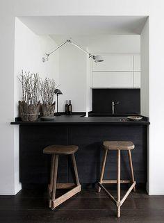 Minimalist kitchen Bar - LOVE or NOT Minimalistic black kitchens. Minimalist Kitchen, Minimalist Interior, Minimalist Decor, Minimalist Design, Modern Minimalist, Minimalist Furniture, Black Kitchens, Home Kitchens, Kitchen Black