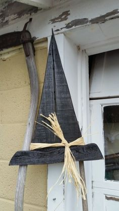 Hanging witch hat Informations About Hanging witch hat Pin You can easily use Fall Wood Crafts, Halloween Wood Crafts, Halloween Signs, Outdoor Halloween, Halloween Projects, Diy Halloween Decorations, Holidays Halloween, Halloween Crafts, Primitive Fall Crafts
