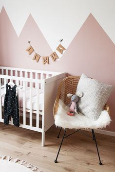 Babykamer in oudroze - Wonen voor jou nurseryroom Boys Room Decor, Nursery Wall Decor, Nursery Room, Boy Room, Baby Bedroom, Girls Bedroom, Kura Ikea, Rustic Bedroom Design, Kids Room Design