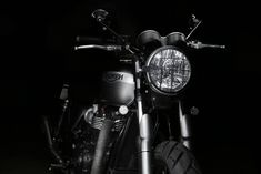 The Triumph Bonneville motorcycle called Yunque is a personalized motorcycle with pieces manufactured by hand by the engineers of Tamarit Motorcycles. Triumph Bonneville T120, Triumph Scrambler, Modern Classic, Engineering, Darth Vader, Bike, Motorcycles, Style, Vintage