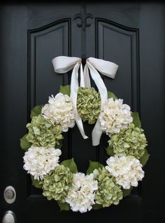best white interior design for winter | And you can bring your perfect winter decoration outside by using a a flower garland in your front door. It helps embracing the holidays spirit and gives a cozy and elegant touch to your home starting from he front door.