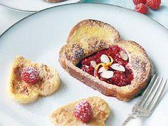 Вкусный завтрак - отличный способ улучшить настроение себе и своим близким. Предлагаем тебе рецепт, который настроит тебя не только на рабочий лад, а и на празднование Дня всех влюбленных!