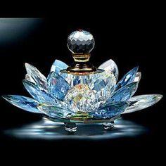 Tendance parfums agitare-kurzartik scent bottle in crystal lotus flower Crystal Perfume Bottles, Antique Perfume Bottles, Vintage Bottles, Glass Bottles, Blue Perfume, Car Perfume, Cristal Art, Perfumes Vintage, Glas Art