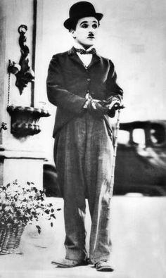 Schon in seinem zweiten Film spielte er einen Vagabunden mit zu großen Hosen, ausgebeulten Schuhen, Melone, Bärtchen und Stock - Charlie Chaplin war geboren. Mehr dazu hier: http://www.nachrichten.at/nachrichten/kultur/Charlie-Chaplin-Hollywoods-erster-Weltstar-war-zu-Hause-nicht-lustig;art16,1360787 (Bild: dpa)