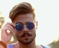 Hipsters often rock the flashiest hairstyles to match their unique sense of style. Hipster Hairstyles, Side Hairstyles, Fringe Hairstyles, Undercut Hairstyles, Mens Hipster Haircuts, Hipster Outfits, Hipster Fashion, Mens Fashion, Cool Haircuts