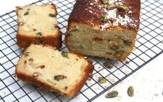 Met het klassieke cake recept kun je zo mee variëren! Met dit recept maak je een cake met pistache nootjes, citroen marmelade/jam en verse rijpe perziken.