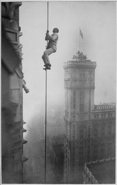 """The """"Human Squirrel"""" who did many daring """"stunts"""" in climbing for benefit of War Relief Funds in New York City, dizzy height in Times Square, 1918"""