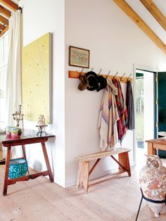 Una casa de campo con estilo rústico - DETALLES DE LA ENTRADA Dando paso al salón, el perchero y el banco proceden de Carina Casanovas.