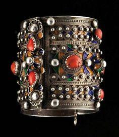 Bracelet Très joli bracelet à fermoir à goupille, couvert de merveilleuses granulations d'argent et de cabochons sertis de corail rouge. Un très joli décor d'émaux cloisonnés cuits au charbon de bois réhausse les fonds. Travail de Béni-Yéni. Argent et émaux Algérie, Grande Kabylie