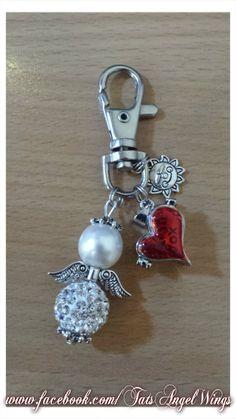 Angel~Wings Sleutelhanger -Tashanger met rood medaillon (kan open) en mooie parelmoer kleurige kraal en strass kraal.