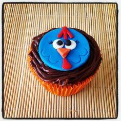 Cupcake Galinha Pintadinha | Cupcake inspirado na Galinha Pintadinha, com cobertura de chocolate e pasta americana. Se o seu bebê fica vidrado na televisão com a Galinha Pintadinha, ele vai vibrar com esses cupcakes!