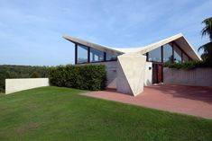 Villa Sayer by Marcel Breuer Pavilion Architecture, Sustainable Architecture, Residential Architecture, Contemporary Architecture, Marcel Breuer, Butterfly Roof, Villa, Unusual Homes, Googie