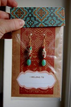 shares this project for making boutique style packaging for handmade jewelry. Etsy jewelry sellers take note! Boutique Style, A Boutique, Earring Display, Jewellery Display, Jewellery Storage, Karten Display, Custom Jewelry, Handmade Jewelry, Jewelry Booth