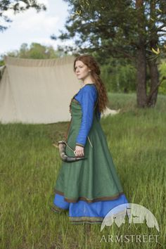 Viking dress and apron outfit. Both dress and apron are of natural linen. Available in: green flax linen, blue flax linen, natural flax linen Viking Tunic, Viking Dress, Costume Viking, Medieval Costume, Medieval Clothing, Historical Clothing, Historical Photos, Vikings, Kaftan
