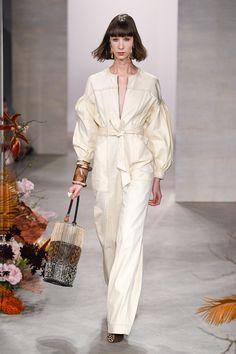 Ulla Johnson Fall 2019 Ready-to-Wear Fashion Show Collection: See the complete Ulla Johnson Fall 2019 Ready-to-Wear collection. Look 27 Catwalk Fashion, Fashion 2020, Fashion Show, Girl Fashion, Fashion Looks, Fashion Outfits, Fashion Design, Fashion Trends, Minimal Fashion