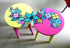 Découvrez comment donner une sconde vie à 2 petites tables d'appoint avec des marqueurs de peinture Posca (pigments naturels) - DecoraTiph