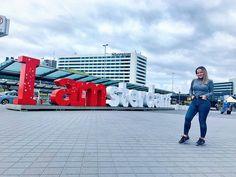 Ámsterdam es una de las ciudades con más ambiente de Europa, tiene un turismo muy joven y eso se nota en la noche, una noche larga e intensa.  Culturalmente Ámsterdam no se queda atrás y está a la vanguardia de Europa en cuanto a espectáculos, arte y museos. Entre los principales museos se encuentran grandes exponentes como el Rijksmuseum, el Museo Van Gogh o la Casa de Ana Frank. Amsterdam, Van Gogh Museum, Note, Museums, Europe, Tourism, Cities, Viajes