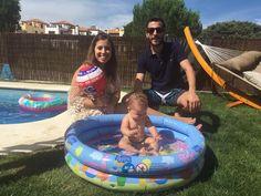 """Nos encanta disfrutar cada momento con nuestra #hija, y si además le proporciona beneficios como lo hace la """"#natación"""" para #bebés... ahí están sus #papás para acompañarla en su #crecimiento y #desarrollo 💕"""