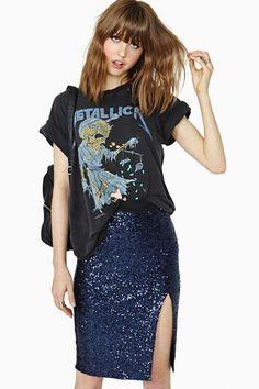 camiseta de banda com saia de paetês