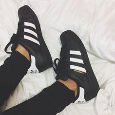 Sneakers femme - Adidas Superstar Rose Gold - Adidas Shoes for Woman Black Adidas Superstar, Addidas Superstar Shoes, Superstars Shoes, New York Fashion, Runway Fashion, Street Fashion, Mode Outfits, Casual Outfits, Converse Outfits