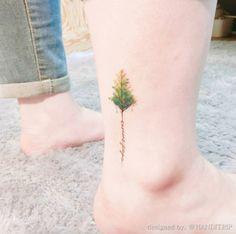 Tatuaje del árbol de la acuarela en el tobillo por la mano de viaje