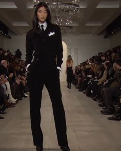 Runway Show by Ralph Lauren. Source by worldofstylishwoman fashion videos Suit Fashion, Look Fashion, Korean Fashion, High Fashion, Fashion Show, Fashion Outfits, Fashion Design, Dress Fashion, Fall Fashion