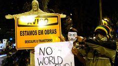 Manifestante segura um cartaz escrtio: 'Não Copa do Mundo', durante um protesto contra o governador do Rio de Janeiro, Sergio Cabral, na frente de sua residência no bairro do Leblon, no Rio de Janeiro