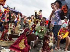 nazarenas: Manila, Filipinas - 9 de enero de 2013: Miles de devotos católicos unirse a la procesión de la estatua de tamaño natural del Nazareno Negro durante la procesión anual en honor del icono de siglos de antigüedad de Jesucristo, que se celebra cada 09 de enero.