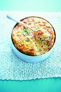 Soufflé de coquillettes au thon :  50 g de beurre, 50 g de farine, 1/4 l de lait, 80 g de gruyère râpé, 3 œufs, 100 g de coquillettes cuites, 1 boîte de thon au naturel de 140 g, 3 brins de ciboulette,   sel et poivre