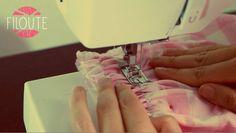 Grâce à ce tuto, vous allez pouvoir donner du volume à vos ouvrages en utilisant la technique des fronces. On les retrouve souvent à la ceinture d'une jupe, ... Techniques Couture, Sewing Techniques, Coin Couture, Dress Sewing Patterns, Mode Inspiration, Just Do It, Sewing Hacks, Knitting, How To Make