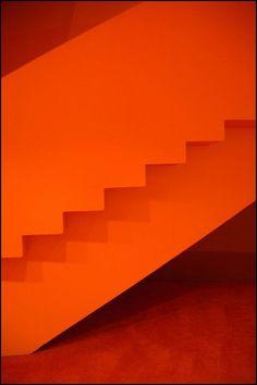 Un escalier ton sur ton pour une déco ambitieuse ! #couleurorange #orangemonochrome #inspirationorange