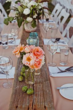 10 Country Chic and Rustic Wedding Tablescapes - Wooden Table Decorations Rustic Chic, Country Chic, Rustic Table, Rustic Barn, Wood Table, Rustic Wood, Table Plancha, Plank Table, Wedding Table Centerpieces