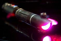 Qui n'a jamais eu envie de posséder un superbe sabre laser et d'utiliser la Force comme les héros de Star Wars ? Notre rêve va peut-être se réaliser grâce à cet incroyable fan hongrois qui réalise d'exceptionnelles répliques de sabres la...