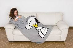Snoopy Kangaroo Sleeved Blanket - Deliveries in 24 hours - Insania. Peanuts Gang Birthday Party, Snoopy Birthday, Peanuts Cartoon, Peanuts Snoopy, Pyjamas, Pjs, Snoopy Blanket, Snoopy Toys, Manta Polar