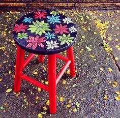 Banqueta Flores vermelha. www.juamora.com ateliejuamora@gmail.com #banqueta #stool #pattern #flores #juamora