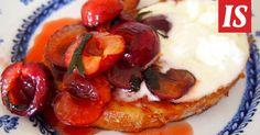 Sikke Sumarin french toastit syödään salvialla maustettujen kirsikoiden kera.