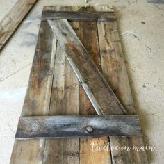 This tutorial on how to make a simple barn door is so easy! I love the idea of using it as a backdrop! & DIY: Pallet Sliding Barn Door | Pinterest | Pallet barn Barn doors ...