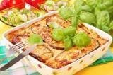 Moussaka: Moussaka (pronuncia-se mussaká) é um prato popularizado pelos gregos e que na realidade é uma &quotelasanha&quote de carne e berinjela. Hum... é muito