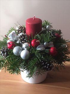 Christmas Colors, Christmas Wreaths, Christmas Decorations, Xmas, Holiday Decor, Christmas Floral Arrangements, Advent Wreath, Ikebana, Holidays And Events