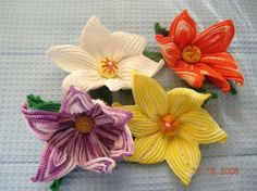 Crafts, like the crochet flower, are for many people a therapy or a way to relax and for many others it is a way to earn money. In both cases, crochet is Crochet Motifs, Crochet Flower Patterns, Crochet Art, Flower Applique, Learn To Crochet, Irish Crochet, Crochet Crafts, Crochet Stitches, Crochet Projects