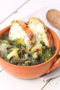 Zuppa di scarole e patate: riscopri i sapori di un tempo in un primo piatto caldo e confortevole. [Potato and scarole salad soup]
