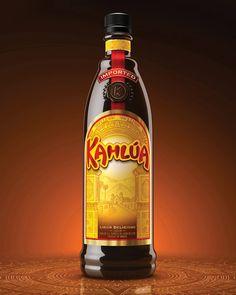 Kahlúa es un licor de café mexicano, bien conocido en el mercado internacional por su textura densa y sabor dulce, con un distintivo aroma y sabor a café, y un suave aspecto de barniz natural