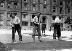 Ouvriers damant la terre pour l'asphaltage d'une rue. Paris, 1908. © Jacques Boyer / Roger-Viollet