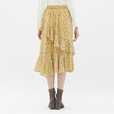 ラッフルとフレアシルエットが女性らしさを演出してくれるミディ丈のスカートです。ナチュラルなムードの花柄を全体にあしらったフェミニンなデザインがポイント。ニットやブラウスなど、さまざまなアイテムと相性抜群です。(XS,XXLサイズは、オンラインストアのみでの販売となります。)
